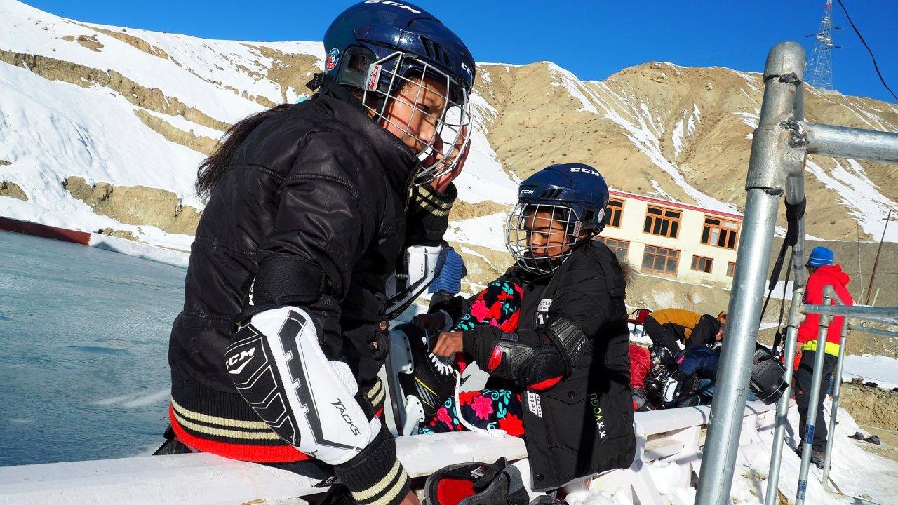 Čeští dobrovolníci učí děti v Himálaji hrát hokej.
