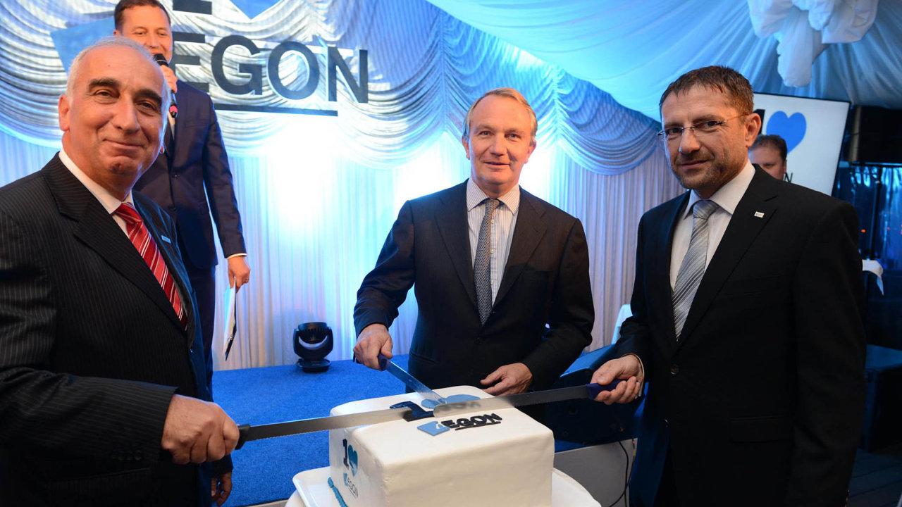Na snímku jsou zástupci pojišťovny Aegon. Zleva: Gábor Kepecs (šéf pro střední a východní Evropu), Alex Wynaendts (generální ředitel společnosti) a Jiří Schneller (generální ředitel pro Česko).