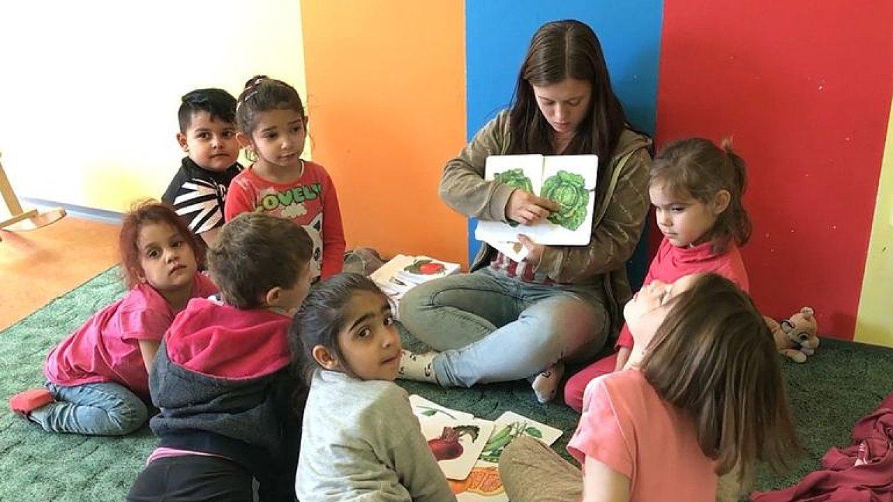 Stát by měl sáhnout na dávky rodičům dětí z ghett, ignorují jejich budoucnost, tvrdí majitelé školky