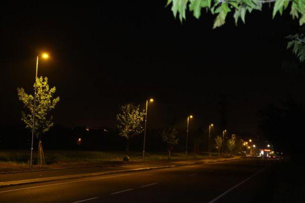 Cyklostezku v Jesenici u Prahy osvětlují chytré lampy s filtrem modrého světla