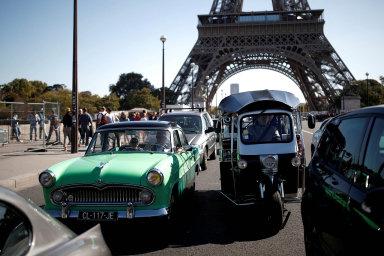 Jízda veteránů vždy předchází hlavnímu programu pařížského autosalonu.