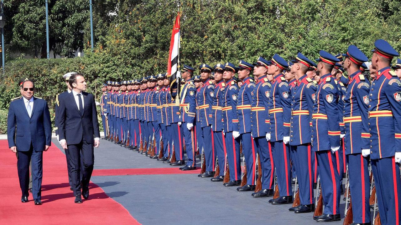 Tři dny povýročí revoluce navštívil Káhiru francouzský prezident Macron. Jeho společná tisková konference se Sísím naplno ukázala odlišnost dvou světů naopačných stranách Středozemního moře.
