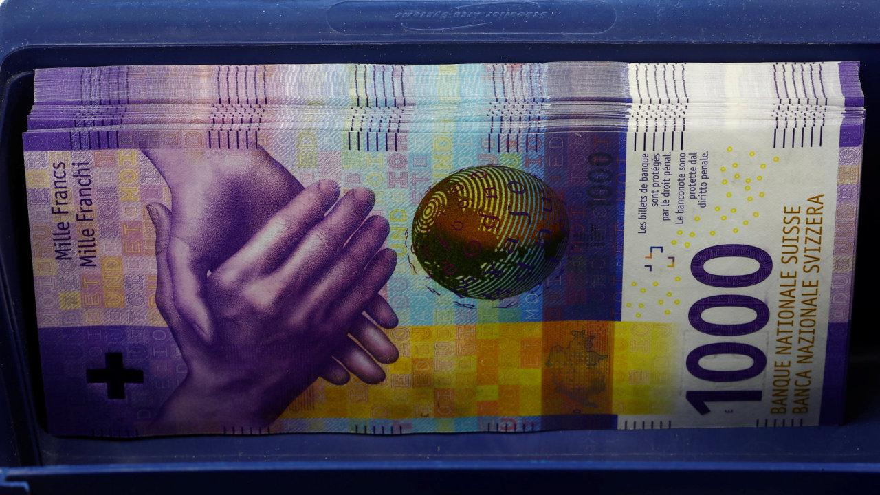 Nová švýcarská fialová bankovka v hodnotě 1000 franků (22 500 korun) patří mezi platidla s nejvyšší hodnotou na světě.