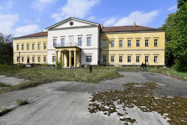 Břežanský zámek, kde bydlel Heydrich, se prodal za necelých 39 milionů korun. Dražba začínala na 30 milionech