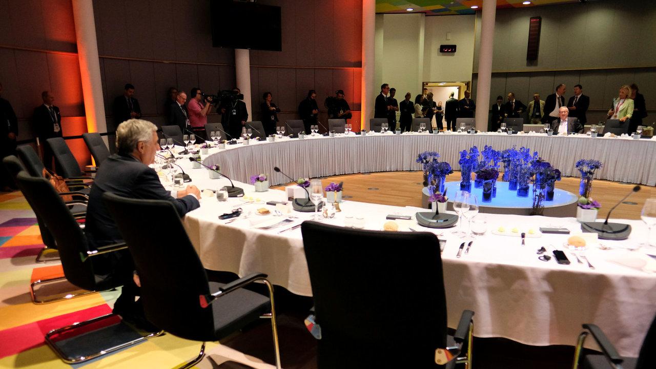 Mimořádný summit Evropské unie k personálním otázkám byl v pondělí krátce po poledni přerušen.