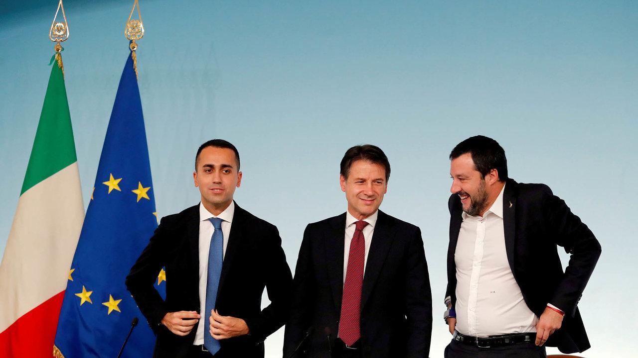 Vláda vŘímě se hroutí: Ministr vnitra ašéf Ligy Matteo Salvini (vpravo), lídr Hnutí pěti hvězd aministr průmysl Luigi Di Maio (vlevo) a nestranický premiér Giuseppe Conte (uprostřed).