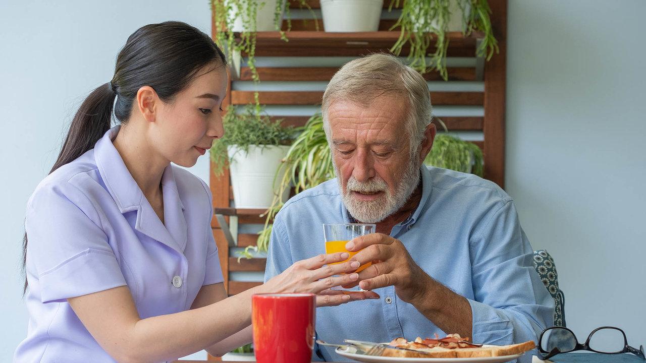 Poskytovatelé domácí péče protestují proti nedostatečnému růstu odměňování.