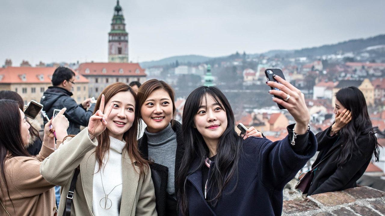 Spor mezi Prahou a Pekingem může zasáhnout i turistický ruch v Českém Krumlově.