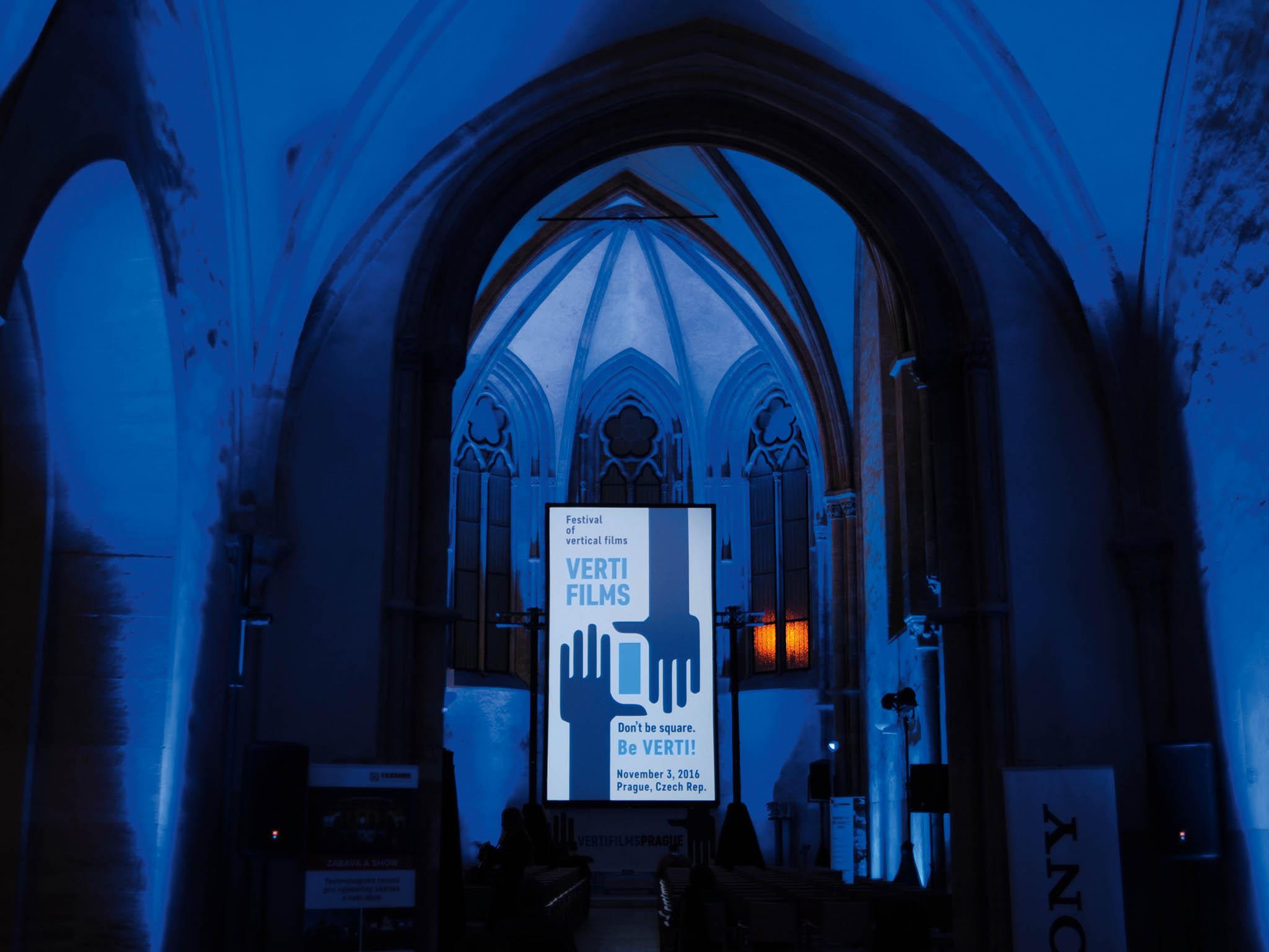 Doprostor kláštera sv. Anežky České se vrací festival filmů natočených navýšku. Nabezmála deset metrů vysokém plátně bude uvedeno nadvě desítky filmů zcelého světa.
