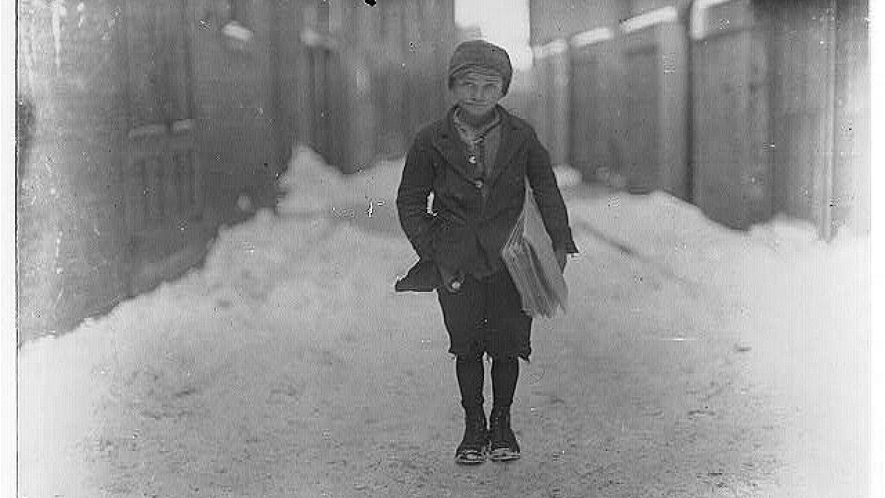Desetiletý prodavač novin Frank Luzzi. Prodával od pěti ráno, občas až do osmi večer. Hartford, Connecticut, kolem roku 1910.