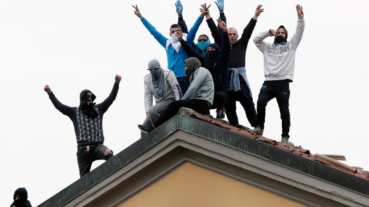 Včerejší protesty vevěznici San Vittore vMiláně. Trestanci se bouřili proti zákazu návštěv.