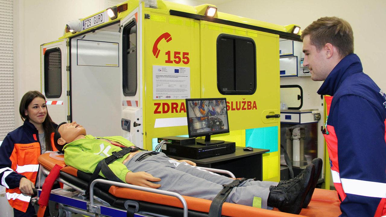 NaFakultě zdravotnických studií Západočeské univerzity vPlzni byl zřízen simulátor sanitního vozu coby studijní pomůcka.