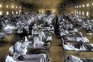 Virus španělské chřipky se poprvé objevil vbřeznu 1918 vevýcvikovém táboře Camp Funston vamerickém Kansasu. Nasnímku provizorní nemocnice vybudovaná vjednom zubytovacích domů provojáky.