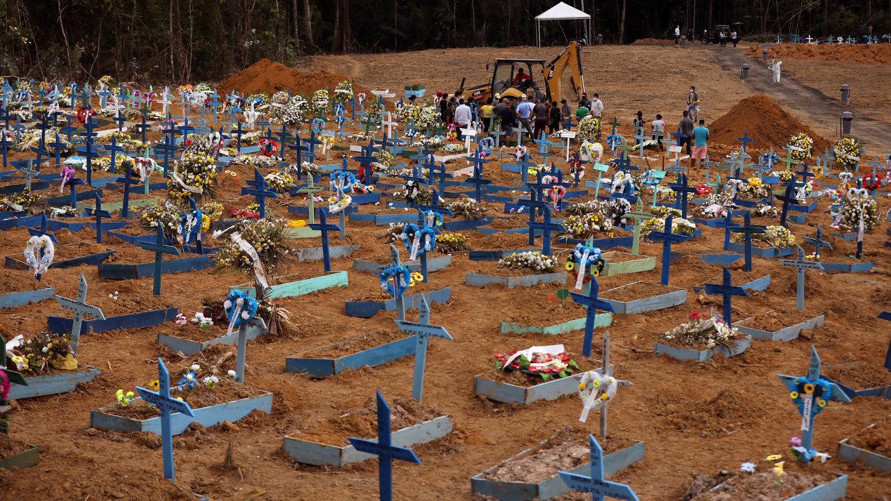 Chudší Manaus, kde žijí itisíce původních obyvatel, se snáporem nakažených nedokáže vypořádat. Bagry kopou jámy pro rozlehlé masové hroby.