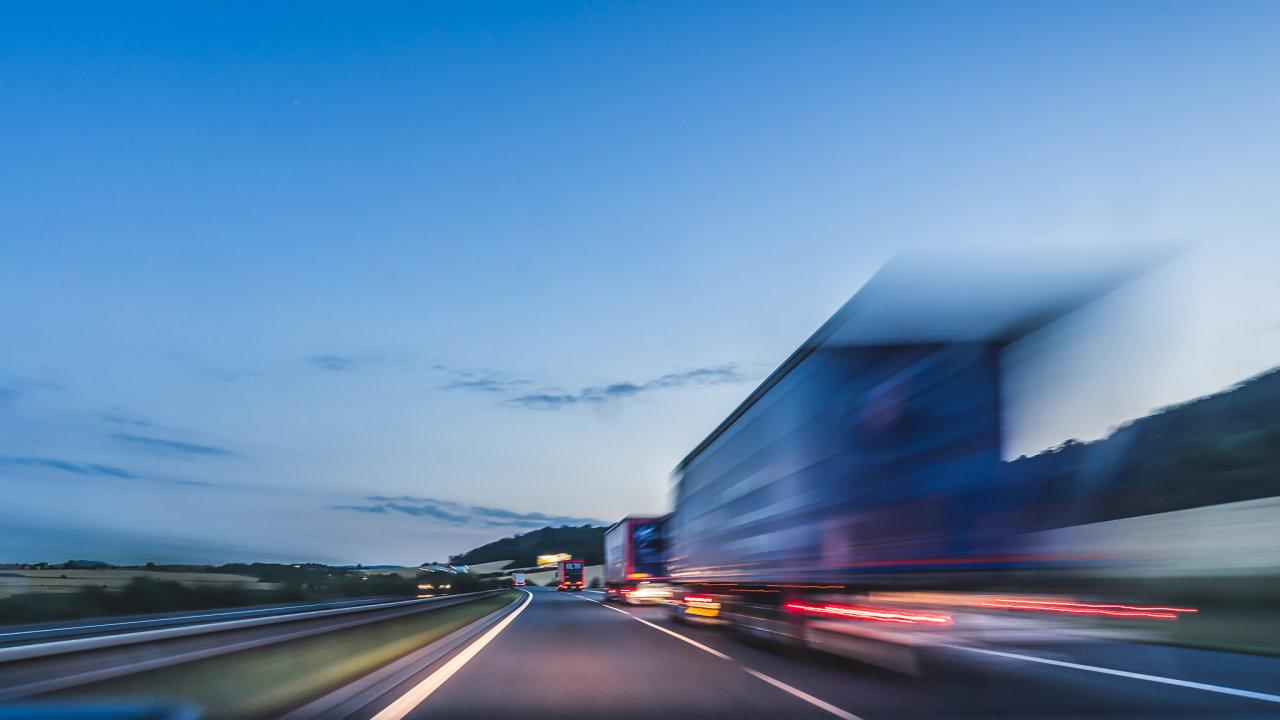 V kamionové dopravě dosahuje firma 80 procent výkonů loňského roku (ilustrační snímek).