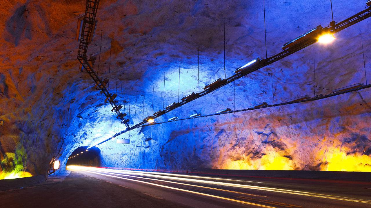 Tunel, který spojuje města Laerdal a Aurland, je součástí silničního tahu E16, který je severní spojnicí mezi Oslem a Bergenem.