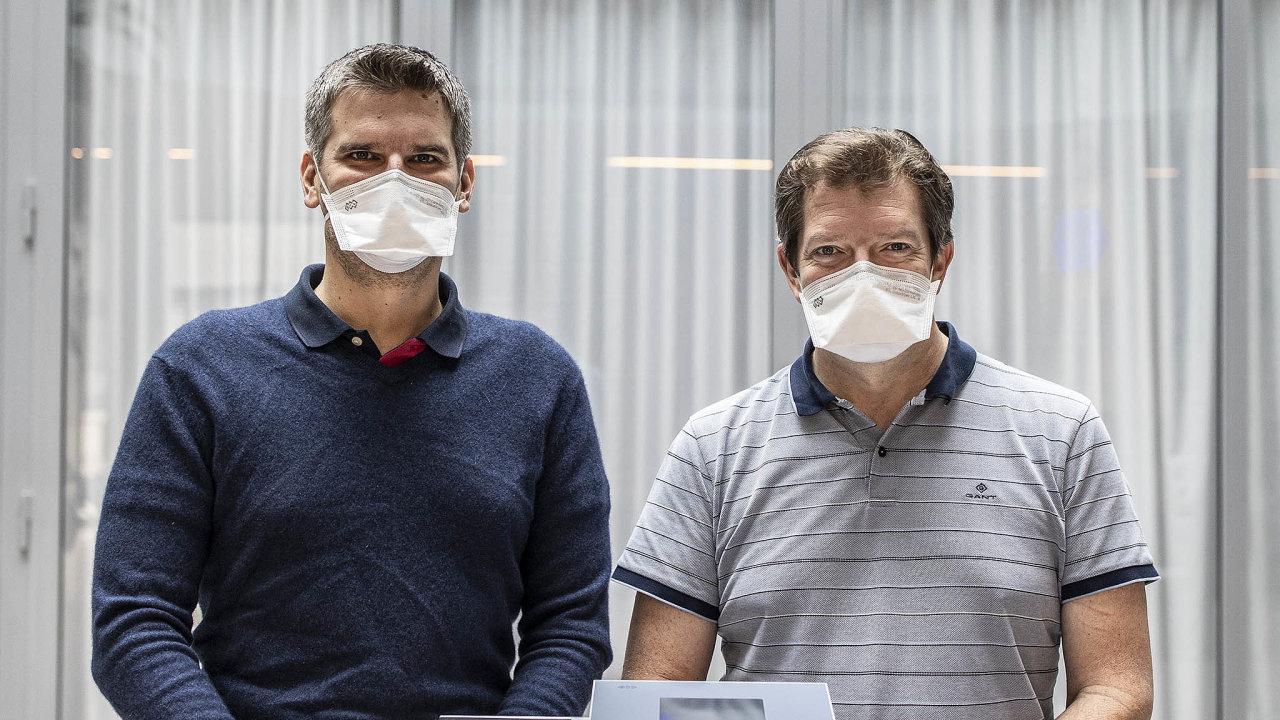 Ventilátor BTL-606: Zleva: Daniel Mališ aTomáš Drbal unového plicního ventilátoru.