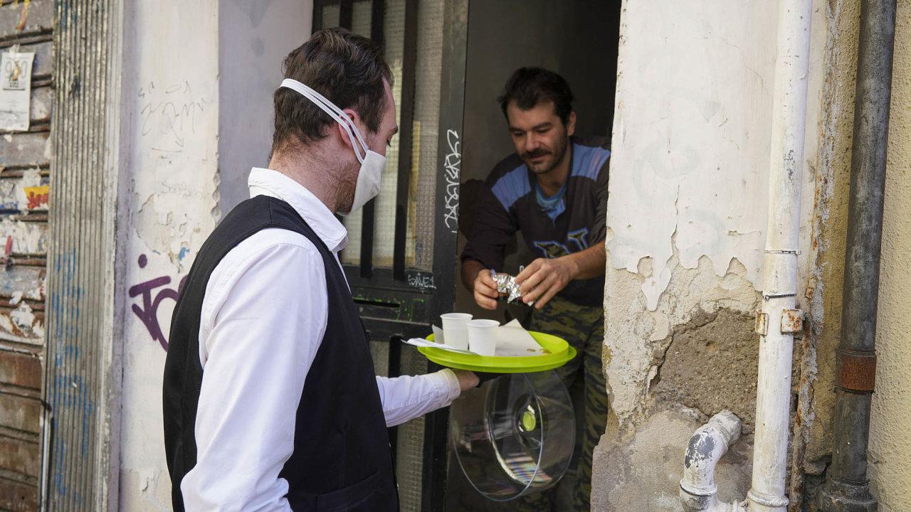 Caffé sospeso je neapolský zvyk, kdy zákazník zaplatí dvě kávy, ale vypije pouze jednu. Tu druhou kavárna dá zdarma někomu, kdo zrovna nemá moc peněz.