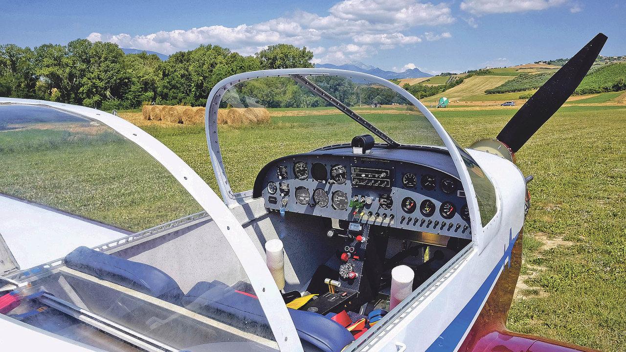 Stejně jako vjiných oborech dominují ivtom leteckém kompozitní materiály suhlíkovou výztuží, které umožňují vyrobit jakýkoliv tvar spožadovanými mechanickými vlastnostmi.