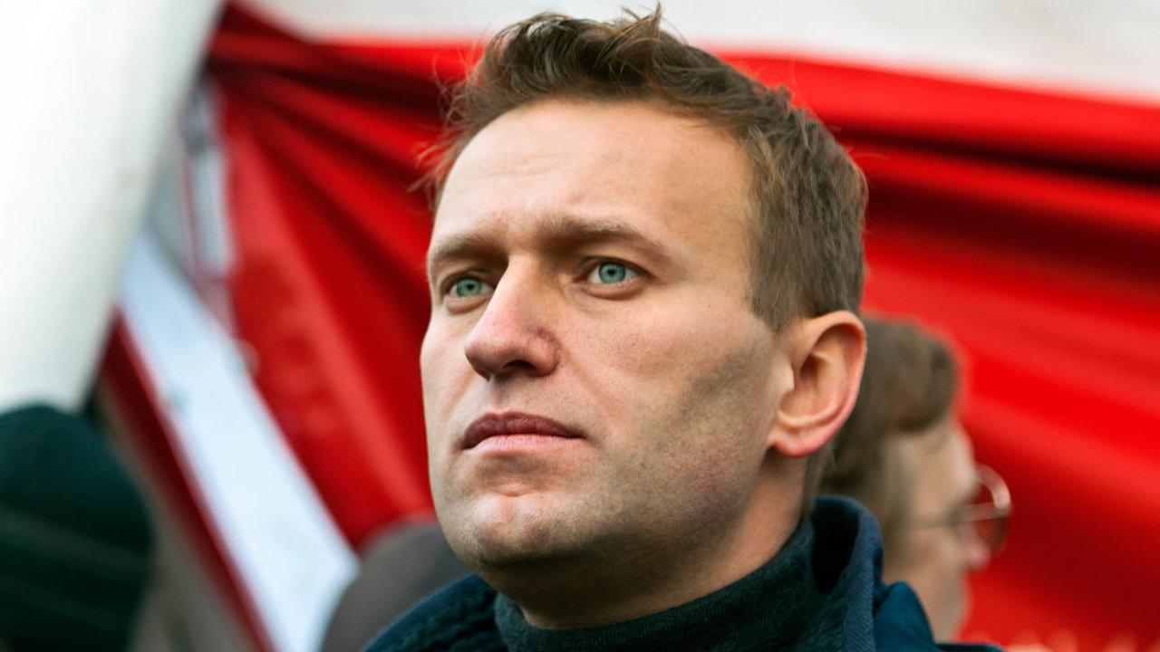 Půl hodiny po odletu z Tomsku se Navalnému udělalo špatně, piloti se rozhodli okamžitě přistát, čímž mu nejspíše zachránili život. Přivolaní lékaři mu totiž píchli injekci atropinu.