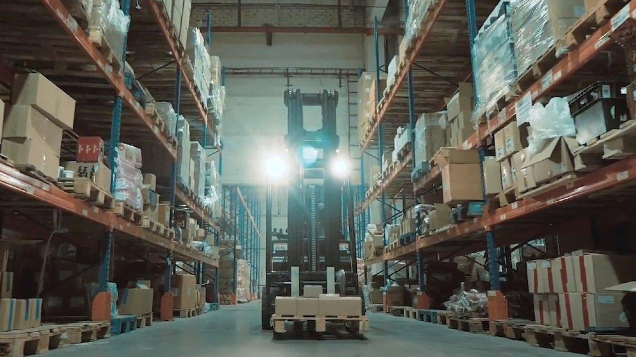 Distribuční centra řetězce EVA musí zvládat vychystávání až 350 tisíc objednávek denně.