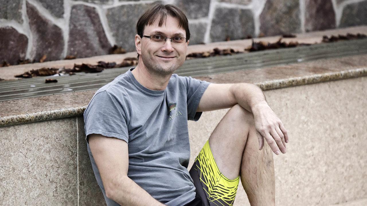 """""""Otužování je bránou kúžasné životní energii. Aproto nosím tričko akraťasy ivzimě,"""" říká Roman Senecký zpapírenské společnosti Mondi Štětí."""