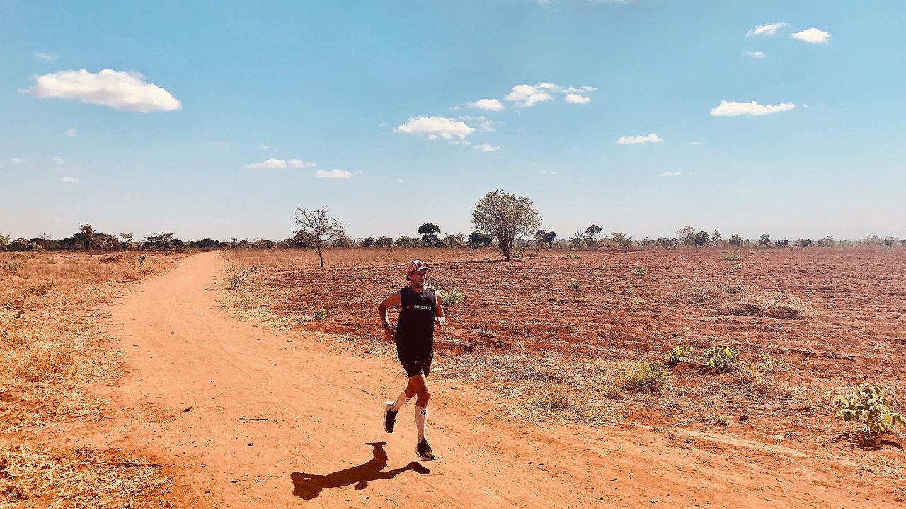 Osamocený Nick Butter při maratonu v africkém Malawi