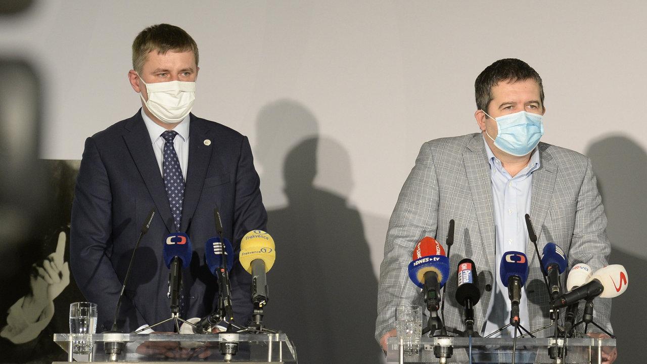 V souboji o post předsedy ČSSD posiluje ministr zahraničí Tomáš Petříček (vlevo), získává na svoji stranu nadějné regionální politiky partaje. Hamáček má však za sebou známější jména.