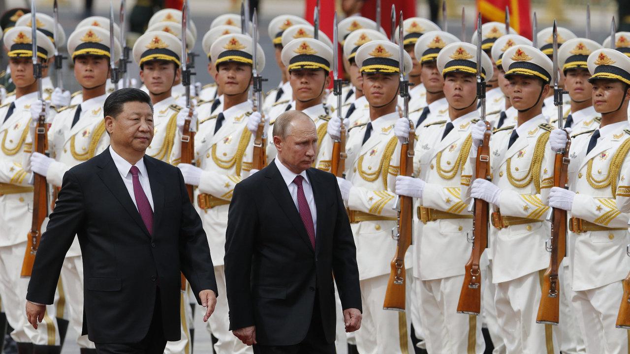 Vojenské akce jsou pro autoritářské režimy, kjakým patří ty vRusku iČíně, jednoduchá záležitost. Stačí dát rozkaz. Na snímku prezidenti Si Ťin-pching a Vladimir Putin.