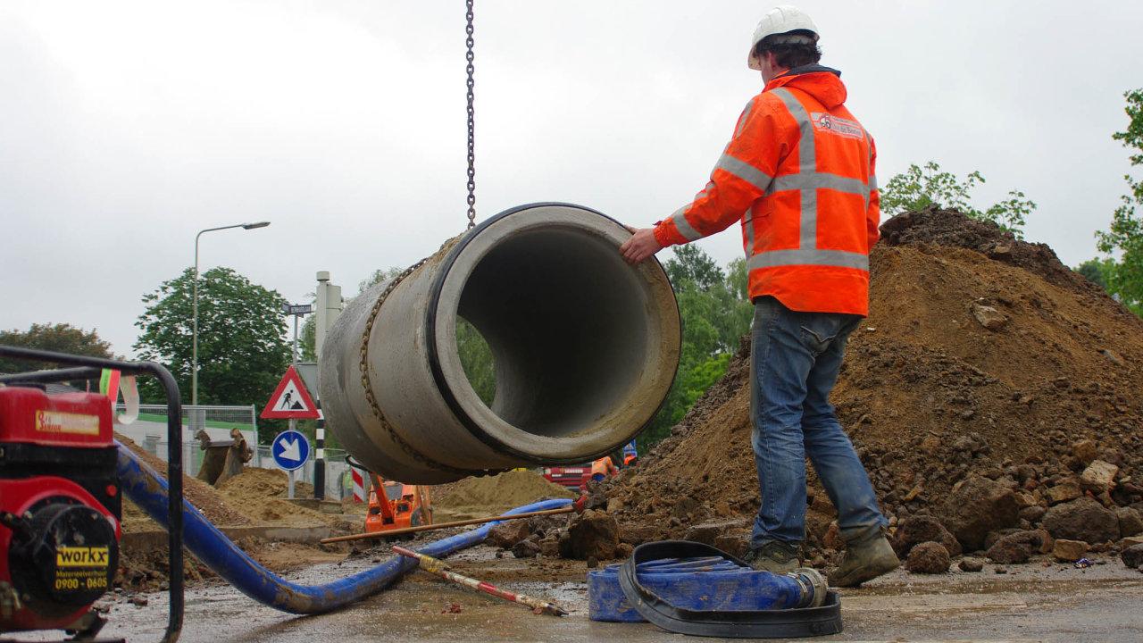 Letos některé kraje na rozvoj venkova vyčlenily i o desítky milionů korun méně než dříve. Peníze přitom obce využívají na podporu místních obchodů i budování nových kanalizačních sítí.
