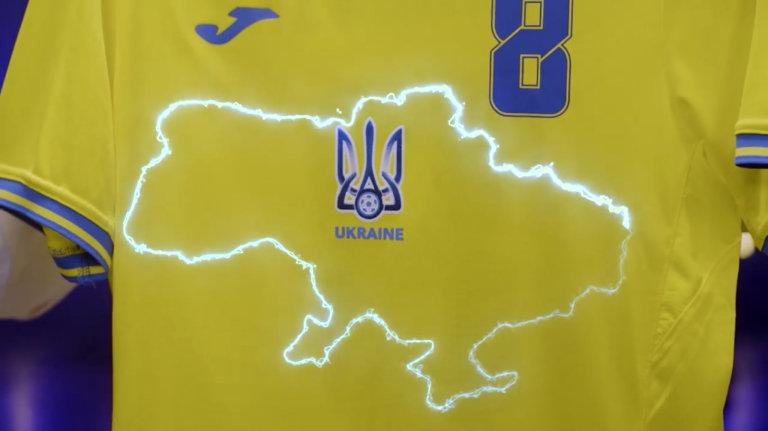 Dres ukrajinské reprezentace se zvýrazněným obrysem Ukrajiny – včetně Krymu, který po anexi z roku 2014 považuje za své území Rusko.