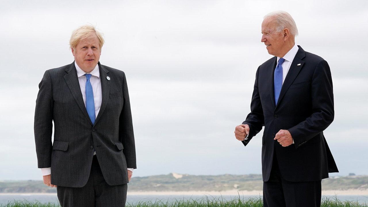 Britský premiér Boris Johnson a americký prezident Joe Biden na summitu G7 v Carbis Bay v hrabství Cornwall.