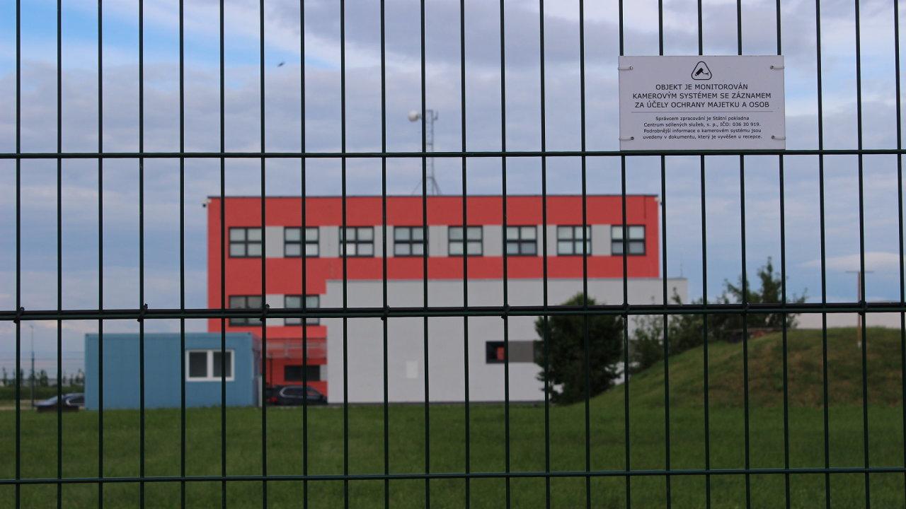 Datové centrum v Zelenči chrání plot s ostnatými i žiletkovým drátem.