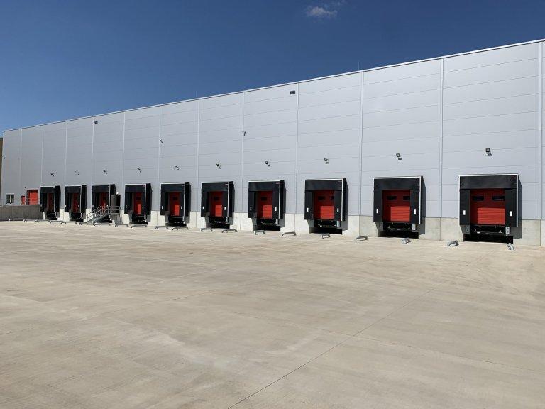 Nakládacích doků je připraveno celkem deset, devět slouží k výdeji zboží, poslední k příjmu navráceného zboží nebo palet.