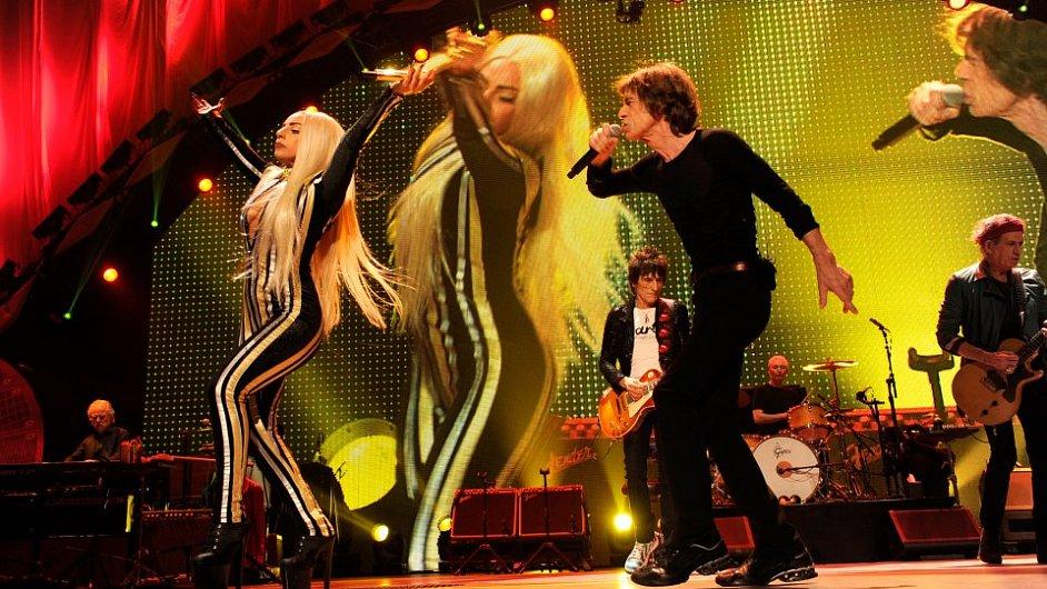 Mick Jagger se zpěvačkou Lady Gaga na pódiu v Prudential Centre.