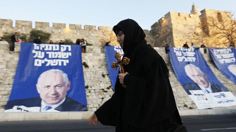 Ortodoxní křesťan prochází v Jeruzalémě kolem volebních plakátů premiéra Benjamina Netanjahua.