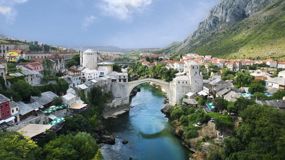 Starý most spojující břehy Neretvy je symbolem Mostaru