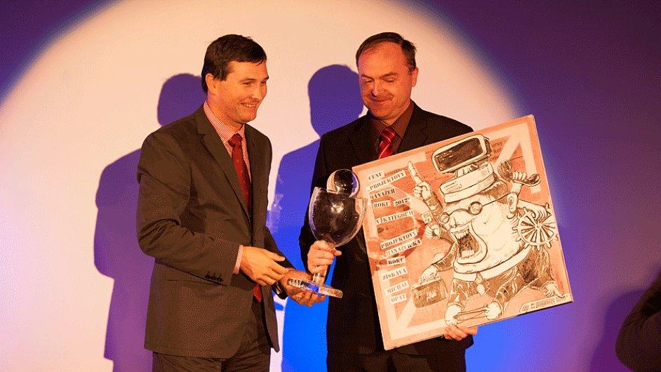 Loňský vítěz soutěže Projektový manažer roku 2012 Michal Opat (vpravo), přebírá cenu od prezidenta Společnosti pro projektové řízení Michaela Motala.