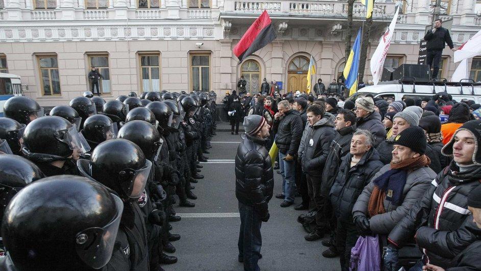 Policie střeží budovu parlamentu před demonstranty v Kyjevě.