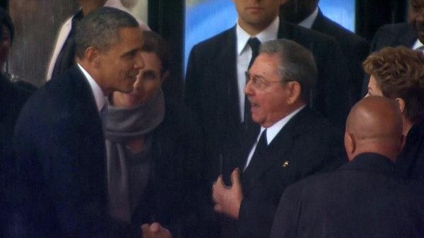 Sledované gesto. Podání rukou prezidentů Obamy a Castra při pietě za Nelsona Mandelu v JAR.