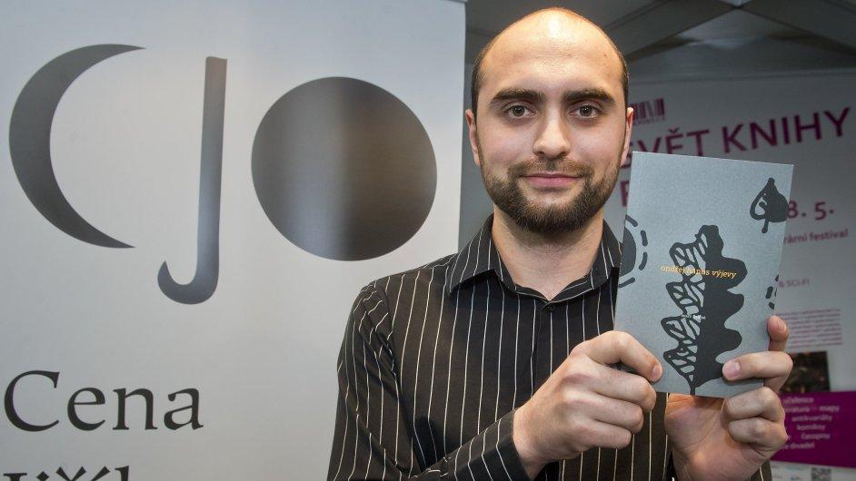 Cenu Jiřího Ortena převzal na veletrhu Svět knihy básník Ondřej Hanus.