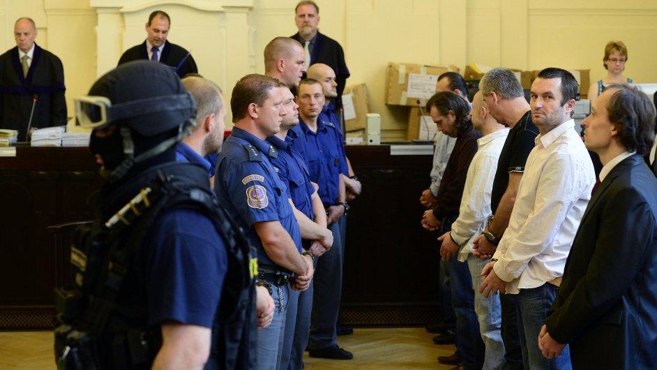 Michal Šváb (druhý zprava) u soudu