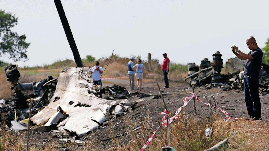 Mezinárodní tým vyšetřovatelů stále analyzuje trosky letu MH17 sestřeleného nad Donbasem.