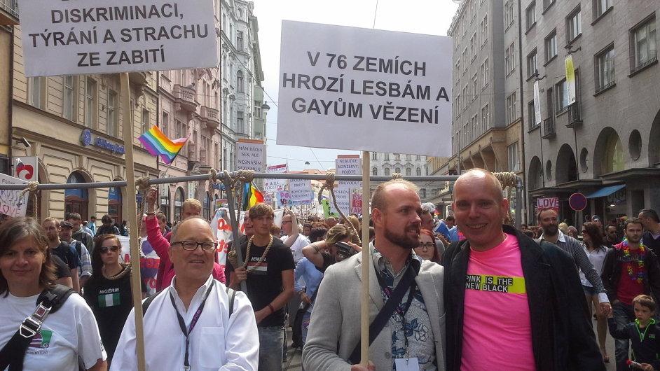 Ředitel festivalu Prague Pride Czeslaw Walek (druhý zprava) s manželem