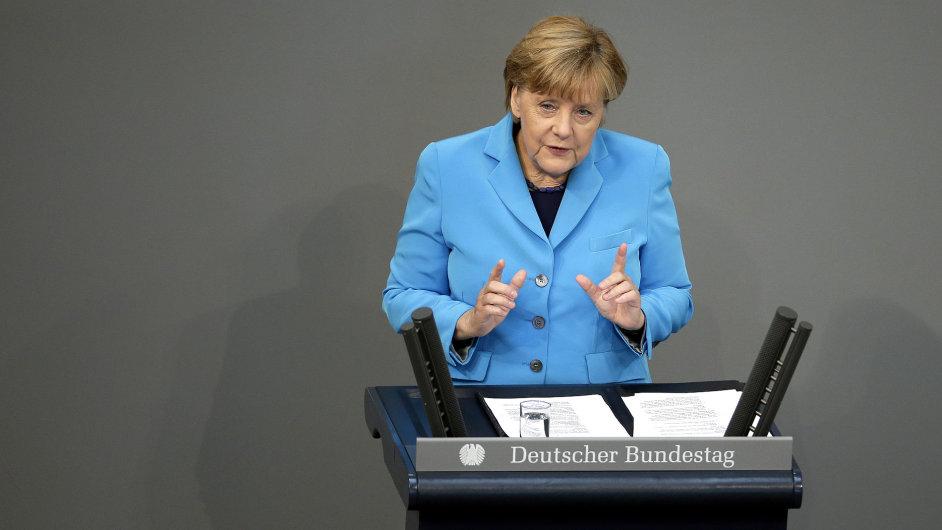 Merkelová na své tiskové konferenci odsoudila útoky na běžence, žádá pro útočníky tvrdé postihy.