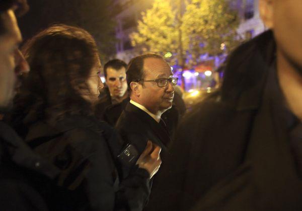 Francouzský prezident Hollande na místě teroristického útoku v Bataclanu.