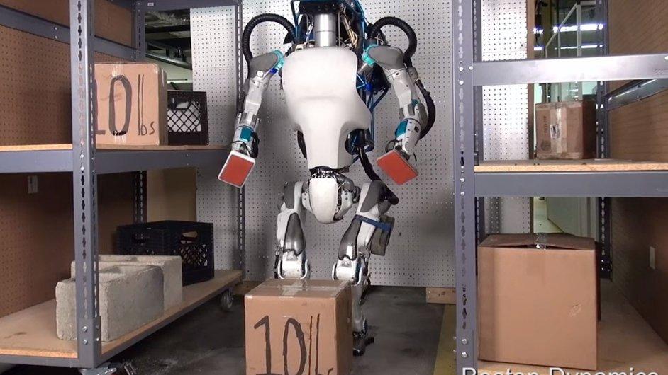 Nový robot Atlas zkouší práci skladníka