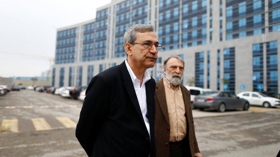 Na snímku z úterý jsou spisovatel Orhan Pamuk (vlevo) a souzený publicista a překladatel Murat Belge.