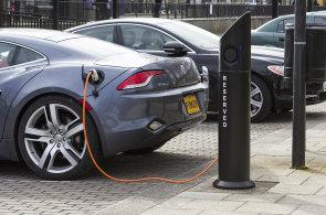 Vláda chce do roku 2030 desetinu vozů na alternativní pohon. Lidé ale o ně ztrácí zájem a jejich prodeje klesají