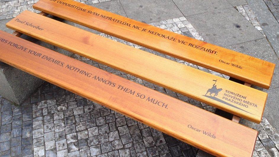 Na Václavském náměstí si lidé osvojili už více než šedesát laviček.